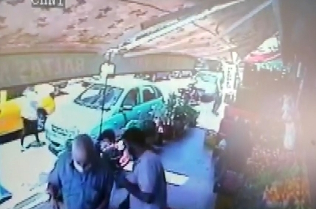 (Özel) Yarım saatte iki ayrı hırsızlık güvenlik kamerasında Yan yana dükkanlarda yarım saat ayarla hırsızlık olayı Domates seçen müşteriyi takibe aldı, cebindeki parayı alıp kaçtı Elini kolunu sallaya sallaya park halindeki motosikleti çaldı