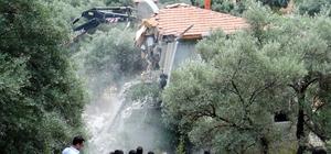 Akbük koyunda yıkımlar tekrar başladı Yerli ve yabancı turistlerin günübirlik tatil cenneti Akbük koyu, Turnalı mevkii ve Kuyucak mahallelerinde imara aykırı yapıların yıkım çalışmaları Menteşe Belediyesi ekipleri tarafından tekrar başladı
