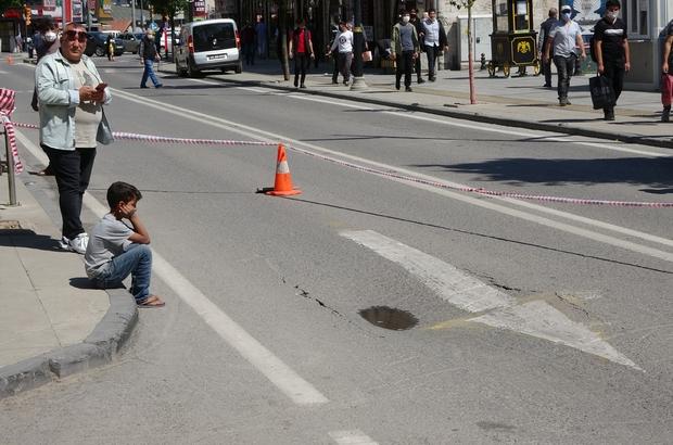 Su borusu  patladı, yol çöktü, trafik durdu Sivas'ta araç trafiğinin yoğun olduğu caddede su borusu patlayınca yolda çökme meydana geldi