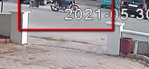 Motosikletli seri kapkaçcı yakayı ele verdi Kapkaç anları güvenlik kameralarına yansıdı