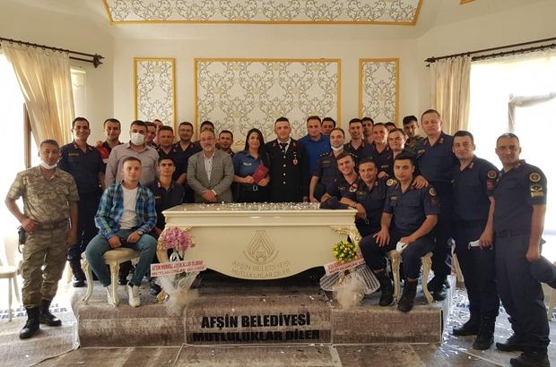 Üniformalı nikah töreni Kahramanmaraş'ın Afşin ilçesinde jandarma çavuş damat Safa Özfidan ve polis memuru gelin Şerife Arslantürk, nikah törenine üniformalarıyla katıldı
