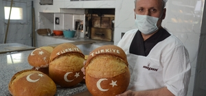 Bu fırından çıkan ekmekler 'ay-yıldızlı' Fırıncılar, Türk bayrağı ve Türkiye sevgisini ürettikleri ekmeklerin üzerine işlediler