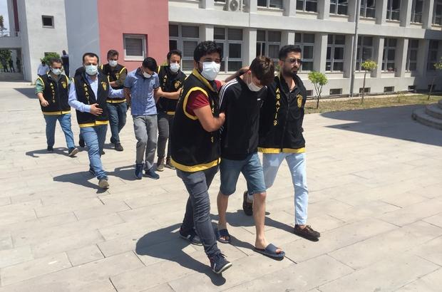 Polis, 4 bin 500 saat görüntü izleyip zanlıları yakaladı Adana polisi uzun namlulu silahlarla bir iş yerine ateş ettiği öne sürülen 3 zanlıyı yakalamak için 300 güvenlik kamerasından 4 bin 500 saat görüntü izleyip kroki çıkartarak zanlıların yerini belirleyip yakaladı