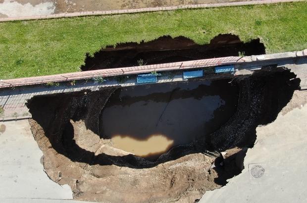 Çöken yolda oluşan çukurun boyutu gün ağırınca ortaya çıktı Sivas'ta dün akşam saatlerinde yol üzerinde meydana gelen göçüğün derinliği gün ağırınca ortaya çıktı, 22 metrelik çukur havadan da görüntülendi