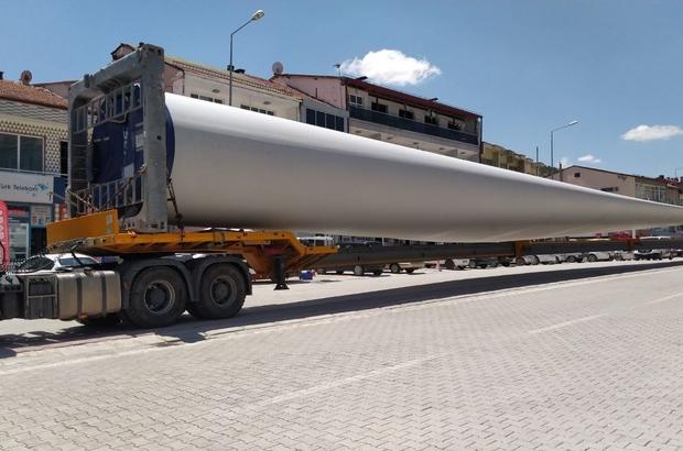 60 metre uzunluğundaki pervaneler böyle taşındı Sivas'ın Gürün ilçesinde 60 metre uzunluğundaki rüzgar gülü pervanelerinin geçişi şaşkınlığa neden oldu