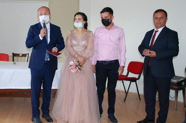 Vali Atik, genç çiftin nikah şahidi isteğini geri çevirmedi Nikah saatini bekleyen çiftin şahidi ziyaret için ilçeye giden Vali Atik oldu