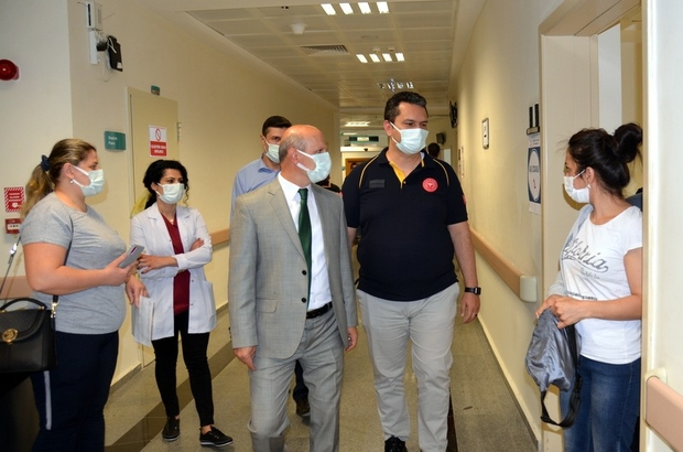 """Eskişehir'de 514 bin 147 aşı rakamına ulaşıldı Prof. Dr. Uğur Bilge, Aşı Uygulama Merkezlerindeki çalışmalarını yakından gözlemliyor Eskişehir İl Sağlık Müdürü Prof. Dr. Uğur Bilge: """"Pandeminin bitmesi için aşı olmayı ihmal etmemeliyiz"""""""