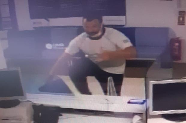 (Özel) Bankayı gece yarısı böyle soydu, aldığı para hayal kırıklığı yaşattı Bursa'da camını kaldırım taşı ile kırdığı bankada, soygun alarmının çalması için tuzak olarak  bırakılan 200 lirayı çalan hırsız kayıplara karıştı Güvenlik kamerasını izleyen polis zanlıyı yakalamak için operasyon başlattı