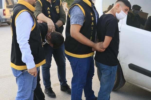 """""""Polis peşimizde"""" yalanıyla gasp yaptılar Adana'da iki kişinin otomobiline binip """"polis peşimizde bizi kurtar"""" dedikten sonra bıçak çekip 8 bin 800 lira parasını gasp eden 2 şüpheli tutuklandı"""