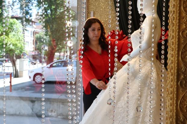 Normalleşmeyle birlikte gelinlikçilerde yoğun mesai başladı Düğün sezonu açıldı gelinlikçiler talebe yetişmeye çalışıyor