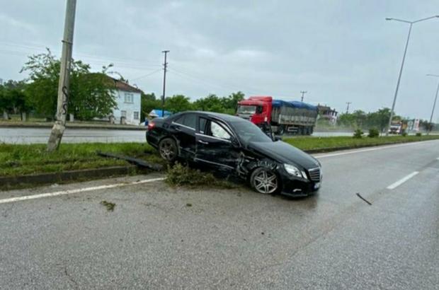 Otomobil duvara çarpıp refüje çıktı: 1 yaralı