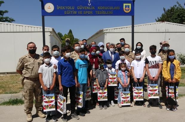 Van'da güvenlik korucusu ve ailelerine kitap dağıtımı