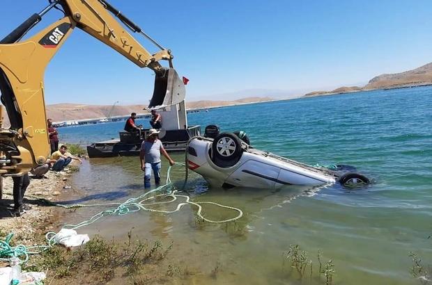 El frenini çekmeyi unutunca yeni aldığı aracı baraja gömüldü Sivas'tan Elazığ'a kampa gelen 3 arkadaşın bulunduğu otomobil, indikten sonra el freninin çekilmemesi sonucu kayarak Keban Baraj Gölü'ne uçtu