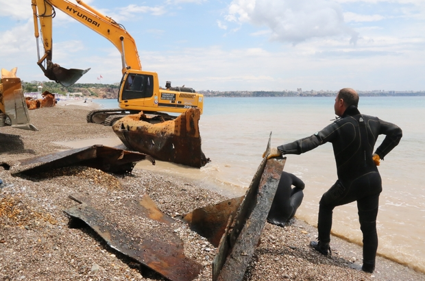 (Özel) Dünyaca ünlü plajdaki 83 yıllık batık gemi karaya çıkarıldı Tonlarca ağırlığındaki geminin 30 metre uzunluğundaki omurga kısmı kamyonlara yüklenerek sahilden alınacak Hummalı çalışma drone ile görüntülendi