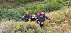 Yaralıları kurtarmak için seferber oldular Manisa'da Yaklaşık 30 metrelik uçuruma düşen ve araç içinde sıkışan 2 kişi itfaiye ekiplerinin gayretiyle kurtarıldı