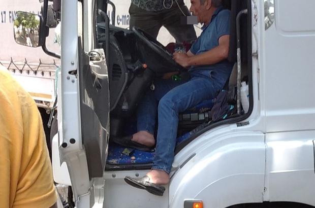 Sürücü sıkıştığı koltukta ambulansı sigara içerek bekledi Kayganlaşan yolda kontrolden çıkan tır, ağaca çarpıp savrularak yolu kapattı