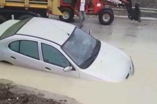 Sağanak yağmurda suyla dolan altgeçitte otomobil mahsur kaldı