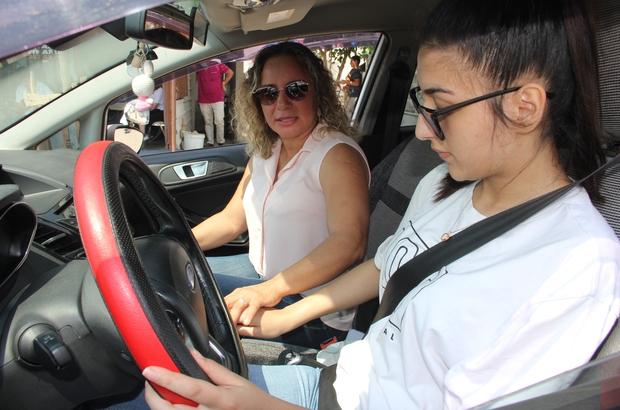 (Özel) Kadın sürücü eğitmenleri Mersinli kadınların gözdesi oldu Mersin'de sürücü kurslarında eğitim veren uzman kadın sürücü eğitmenlerinin sayısı her geçen gün artıyor Kadın direksiyon eğitmenleri, daha sabırlı ve cesaretlendirici özellikleri, özgüven vermeleri dolayısıyla kadın sürücü adaylarının tercihi oluyor Sürücü adayları, günde 10 saat direksiyon dersi veren kadın eğitmenlerden ders almak için adeta sıraya giriyor