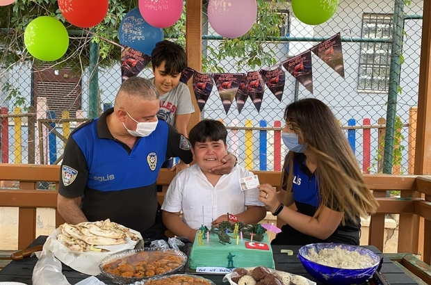 """Doğum gününde babasının polis sürprizi çocuğu ağlattı Adana'da polisleri çok seven bir çocuğun doğum gününe babası sürpriz yaparak polis çağırınca, çocuk sevincinden gözyaşlarına boğuldu Efe Tülü: """"Polisleri çok seviyorum çünkü onlar hırsızları yakalıyor"""""""