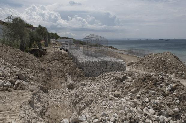 Bozcaada'da haber yapan gazetecinin zor anları Habbele Koyu'ndaki inşaatı haber yapmak isteyen gazeteci Serkan İlik'in aracının önü kepçelerle kapatıldı