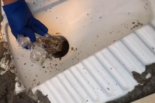 Uyuşturucuyu tuvalet deliğine saklamışlar Alaturka tuvaletten uyuşturucu çıktı