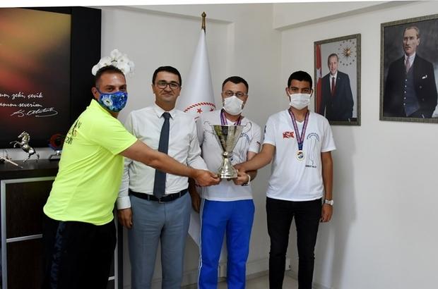 Şampiyon sporcular İl Müdürü Demir'i ziyaret etti