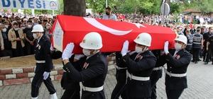 Kaçakçılarla girdiği çatışmada şehit olan polisi binlerce hemşehrisi uğurladı Muğla'da şehit düşen polis memuru Ercan Yangöz, baba ocağı Buldan'da toprağa verildi