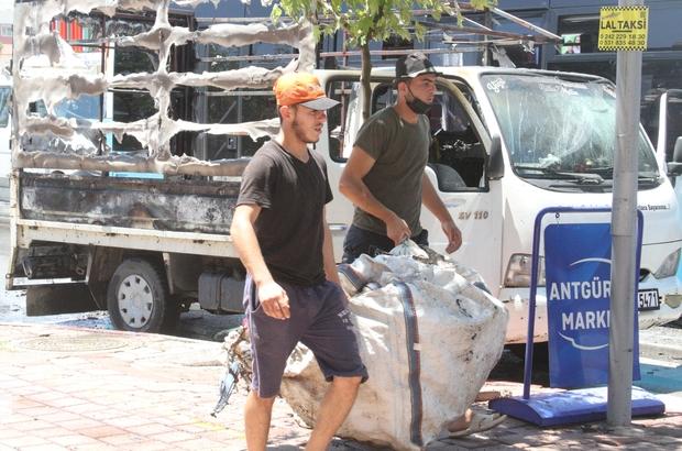 Karton yüklü kamyonet seyir halindeyken alev alev yandı 6 ay önce aldığı kamyoneti hurdaya döndü Kamyonetin yanma görüntüleri cep telefonu kamerasına yansıdı