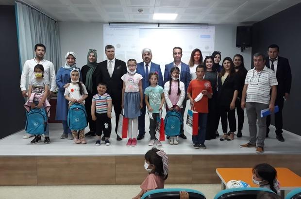 Dereceye giren öğrencilere hediyeler verildi Sivas'ın Gürün ilçesinde düzenlenen okuma yarışmasında dereceye giren öğrencilere tablet ve çeşitli hediyeler verildi