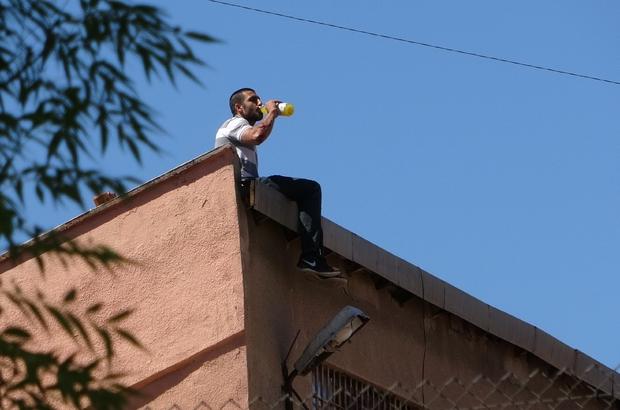 Diyarbakır E Tipi Kapalı Cezaevinde intihar girişimi Mahkum çatıya çıkıp intihar girişiminde bulundu, çevredekilerden limonata istedi