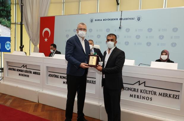 """Sokak hayvanlarına özel ciğer kebaba ödül Bursa'da pandemi döneminde 600 sokak hayvanını kendi hazırladığı ciğerle besleyen esnaf Bursa Büyükşehir Belediyesi tarafından """"ayın vatandaşı"""" seçildi"""