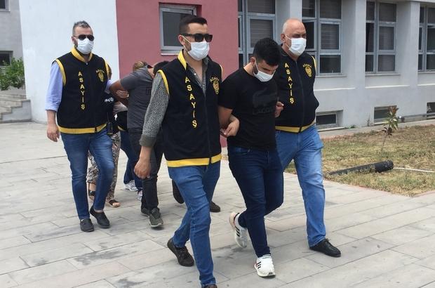 """""""Sevgili tuzak kurdu, iki kişi gasp etti"""" iddiası Adana'da bir kişi sevgilisi olduğu öne sürülen kadının kendisine tuzak kurarak eve çağırdığını biri akrabası iki erkeğin de gelerek elini kolunu bağlayıp darp ettikten sonra 14 yarım, bir çeyrek altınını alıp 500 bin liralık senet imzalattığını öne sürdü Gözaltına alınan kadın adli kontrol şartıyla, iki zanlı ise ev hapsi tedbiriyle tutuksuz yargılanmak üzere serbest bırakıldı"""