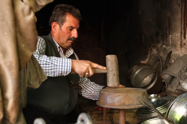 Asırlık dükkan da son kalay ustası Sivas'ın Zara ilçesinde kalaycılık mesleğinin son temsilcisi olan Osman Öncü, asırlık dükkanında mesleğini yaşatmaya çalışıyor