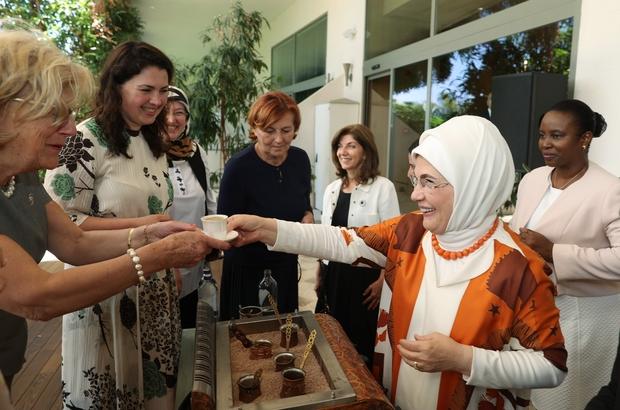 """Emine Erdoğan, Antalya Diplomasi Forumu'na katılan liderlerin eşleriyle bir araya geldi Cumhurbaşkanı Erdoğan'ın eşi Emine Erdoğan: """"Tüm dünyada önyargılar kuvvetlenip ırkçılık yükselirken biz, sevginin dilini hakim kılmak istiyoruz. Dünyanın bu huzur iklimine ihtiyacı var"""""""