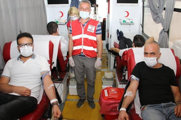 Eğitim camiasından kan bağışı Sivas İl Milli Eğitim Müdürlüğü personeli; Kızılay'a kan bağışında bulundu.