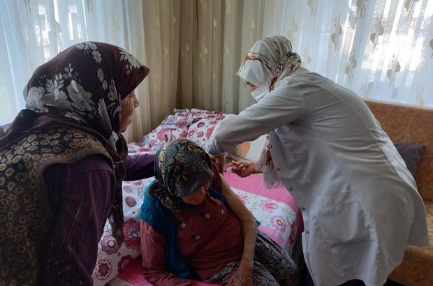 97 yaşındaki Havva ninenin aşısı evinde yapıldı