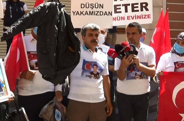 """Evlat nöbetindeki baba, HDP il binasından çıkan oğlunun montunu gösterdi Evlat nöbetindeki baba Celil Begdaş: """"Ben oğlumun HDP'lilere sordum, benden 150 bin lira para istediler"""""""