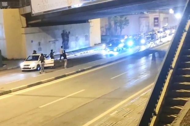 Bu asker uğurlamada yok yok Yolu trafiğe kapatan gençler, ellerindeki silahlarla havaya ateş etti Ellerinden meşaleyi düşürmeyen gençler, uğurladıkları arkadaşlarını yol ortasında havaya fırlattı