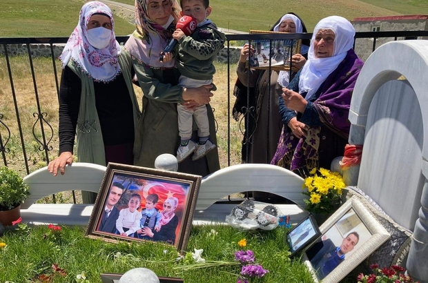 Şehit amca ve yeğeni mezarı başında anıldı Babasının şehit olduğu gün dünyaya gelen Ahmet Miran Küçük babasının mezarı başında hediye edilen oyuncaklarıyla oynadı Anma töreninde şehit yakınlara terör örgütüne lanet edip idam istedi