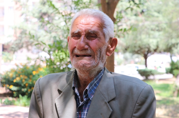 """Babalar Gününe parkta yalnız giriyor 81 yaşındaki adam kızlarının kendisine bakmadığını öne sürüp parklarda yaşamaya başladı Fazlı Seçgin: """"Allah'tan hayırlı bir ölüm istiyorum"""" """"Mahallede oturan vatandaşlardan Yıldız Öner: """"Fazlı amca yağmurda, çamurda hep burada"""""""