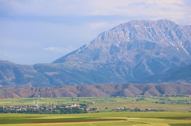 Kahramanmaraş'ta dağ, ova ve çiçeklerin renk cümbüşü Yaz mevsimin ışıltısı ve Berit Dağı'nın heybeti fotoğraflara böyle yansıdı