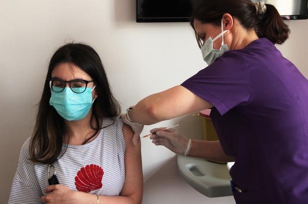 Muğla'da aşılama rekoru Muğla'da günlük ortalama 27 bin 500 doz aşı uygulanırken, aşılanacak hedef nüfus olarak belirlenen 726 bin 675 kişinin yüzde 35,7'si ikinci doz, yüzde 60.2'sine birinci doz Covid-19 aşısı yapıldı