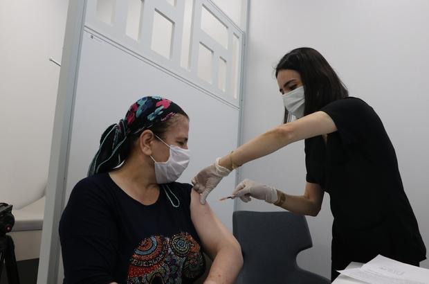 """Aşı rekortmeni hemşire konuştu: """"Mutlu oldum, heyecanlandım"""" Dün 323 aşı vurarak Mersin'de en çok aşıyı vuran ve Sağlık Bakanı Fahrettin Koca'nın da sosyal medya hesabından paylaştığı hemşire Meryem Mavi, duygularını paylaştı Mavi: """"Bu şekilde emeklerimizin görülmesi bizi mutlu etti"""" """"Bizi motive etti"""""""