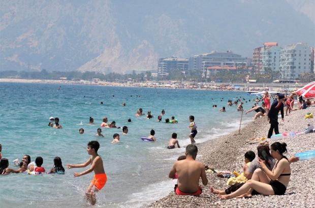 Vaka sayıları düştü, dünyaca ünlü sahil doldu Antalya'da vaka sayılarının düşmesi ile Konyaaltı sahilinde yoğunluk oluştu Yerli ve yabancı turistler sahile akın etti