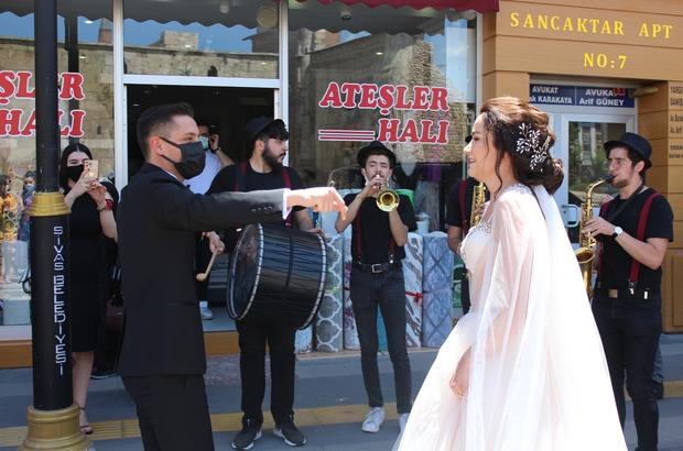 Ordulu damat Sivas'tan orkestra ile gelin aldı Ordulu damat Sivas'tan orkestra eşliğinde gelin aldı, Sivaslılar damadın jestine alkışlarla karşılık verdi