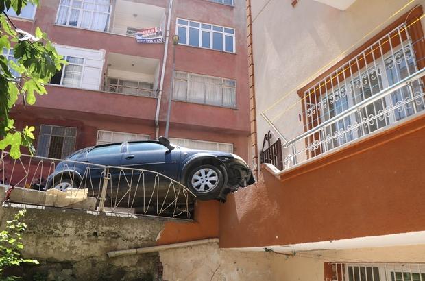 Otomobil apartmana daldı, kadın sürücü aracı bırakıp kaçtı