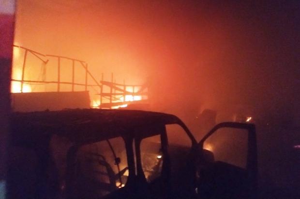 İşyerindeki yangından bir otomobil ile binlerce lira değerindeki mobilya malzemesi kül oldu Mobilyacılar sitesinde çıkan yangın söndürüldü