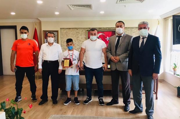 Türkiye 2'ncisi güreşçi ödüllendirildi