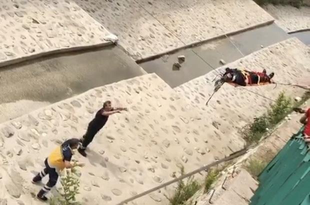 Çocuğunun kaçan topunu almak isterken dereye düşüp ölümden döndü