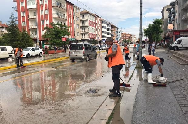Eskişehir'de 10 dakikalık yağmur hayatı felç etti Yollar suyla doldu, tramvaylar çalışmadı, vatandaş isyan etti